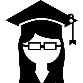 Kobieta absolwent uniwersytetu w czapce na głowie i okularach