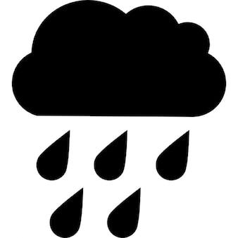 Krople deszczu spadają z czarnej chmurze