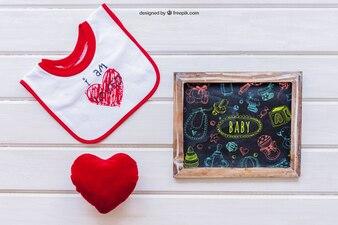 Baby mockup z łupkiem i sercem