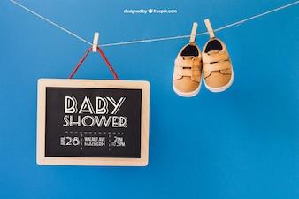 Baby mockup z butami i łupek na linii ubrania