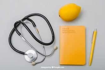 Kompozycja z notebookiem, stetoskopem i cytryną