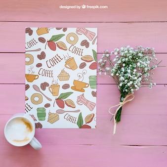 Mockup śniadaniowy z papierem i kwiatami