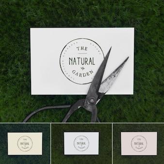 Wizytówka powyżej trawy makiety