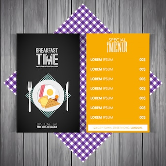Czas na śniadanie. Śniadanie menu w kolorze żółtym i czarnym na purpurowym czek z drewnianym tłem