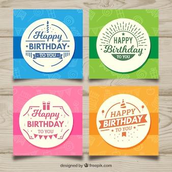 Cztery karty urodzinowe w różnych kolorach