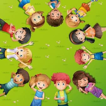 Dzieci leżącego na trawie