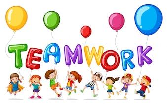 Dzieci z balonami do pracy zespołowej z wyrazami