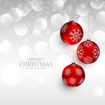 Niesamowite czerwone Boże Narodzenie wiszące kulki na srebrnym tle bokeh