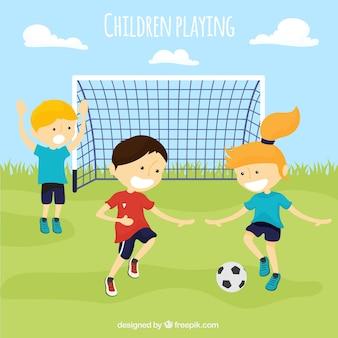 Paczka dzieci grających w piłkę nożną