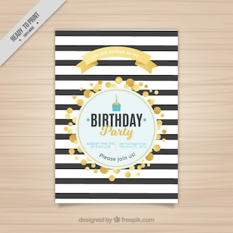 Rozłożony urodziny zaproszenie ze złotymi kręgach