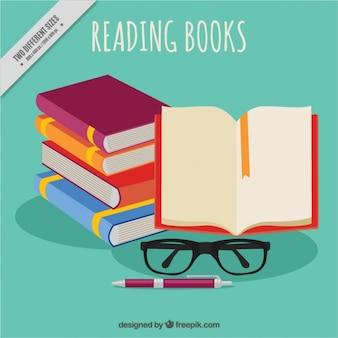 Stos książek i szklanki tle