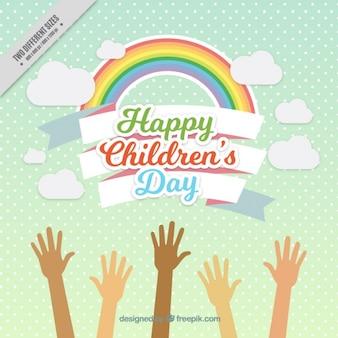Wesoła tle tęczy z podniesionymi rękami dzieci