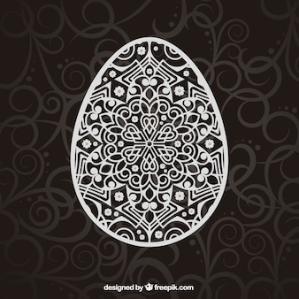 Zdobione jajko wielkanocne z ornamentami