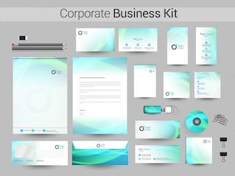 Zestaw identyfikacyjny firmy z abstrakcyjnymi paskami falistymi.