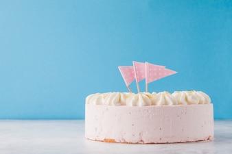 Ładny biały tort z flagami