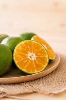 Świeży pomarańczowy na płycie drewna