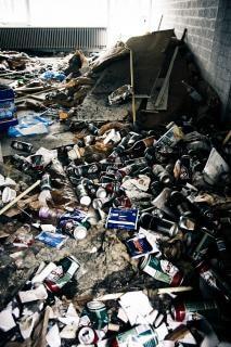 śmieci wewnątrz opuszczonego budynku