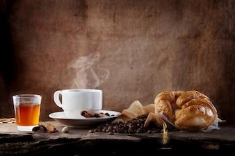 śniadanie gorąca kawa z miodem i rogalikiem