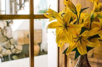 Żółte lilie w wazonie
