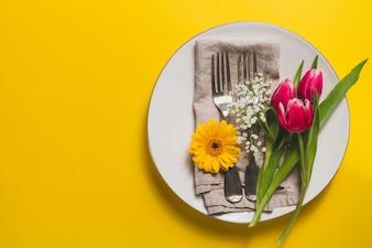 Żółte tło z płytki i kwiatowej dekoracji