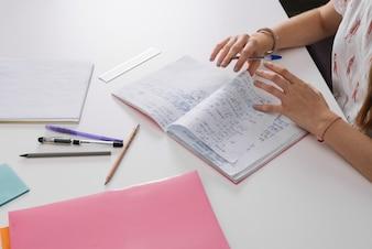 Anonimowy student z notesami