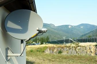 Antena anteny satelitarnej z błękitne niebo.