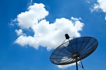 Anteny satelitarnej z błękitne niebo