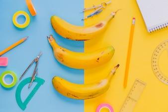 Artykuły szkolne i banany