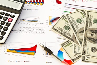 Banknoty obok informacji finansowych