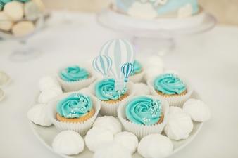 Biała tablica z niebieskimi cupcakes i pocałunki