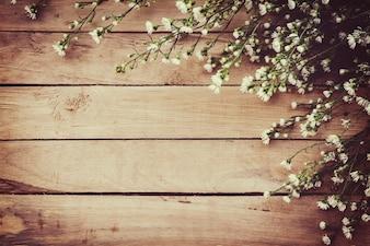 Biały kwiat na pokładzie drewna grunge tle z miejsca.