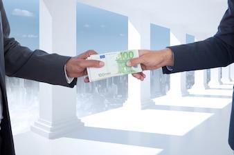 Biznesmeni z rachunkami na tle białych kolumn