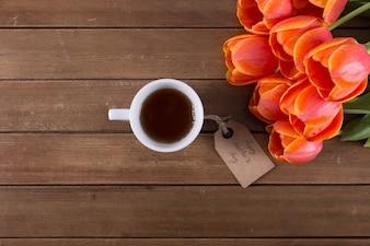 Bukiet róż, kawy i znacznik