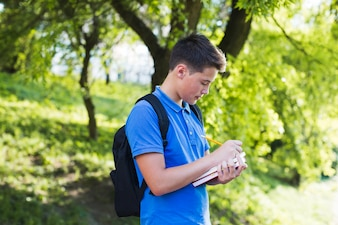 Chłopiec Teen dokonywania notatek