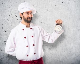 Chef trzyma zegar na bia? Ym tle