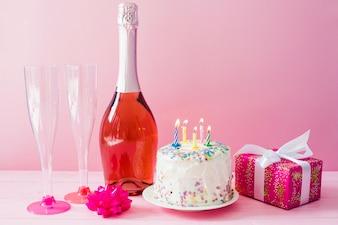 Ciasto i butelka szampana