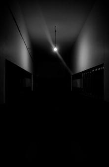 Ciemny korytarz z pojedynczym światłem