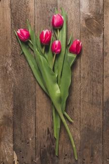 Close-up tulipanów na drewnianym stole