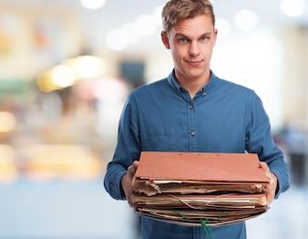 Człowiek ładuje kilka folderów