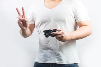 Człowiek jest szczęśliwy grając w gry wideo, uchwyty do gier