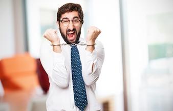 Człowiek kajdankami i krzyczy