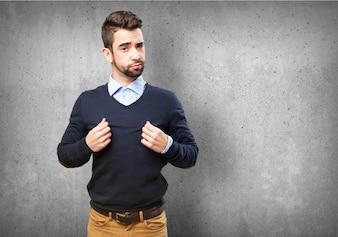 Człowiek wyciągając na jego swetrze