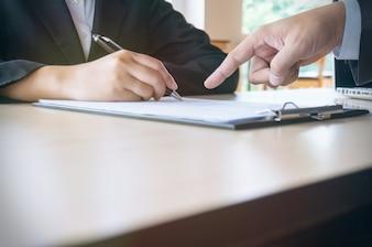 Człowiek wypełnia formularz zgłoszeniowy podczas rozmowy kwalifikacyjnej. koncepcja zasobów ludzkich.