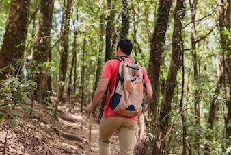 Człowiek z plecakiem na wzgórzu