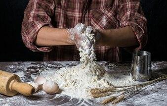 Cz? Owiek przygotowuje ciasta chlebowe na drewnianym stole w piekarni bliska