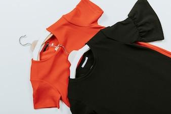 Czarne i czerwone bluzki