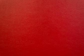 Czerwona sofa skórzana.