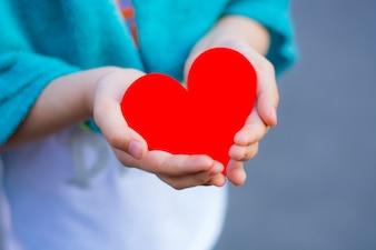 Czerwone serce w dłoni dziecka