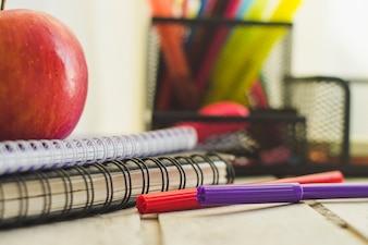 Długopisy i kredki na stole