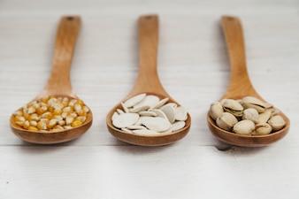 Drewniane kadzie pełne nasion i orzechów